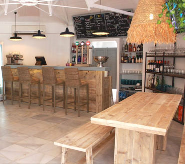 muebles de madera confeccionados a medida para un bar