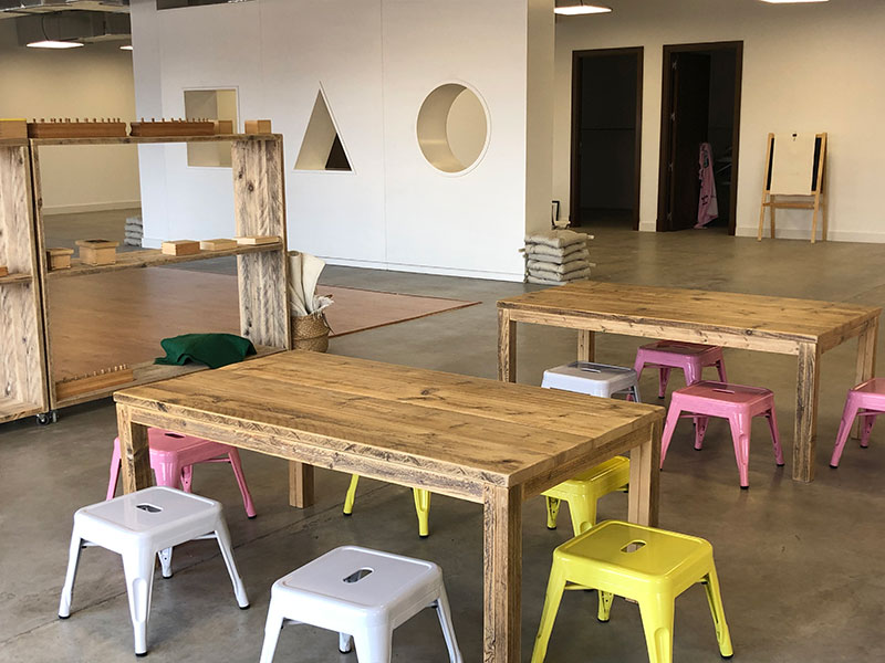 Mesas y suelo de madera para Montessori