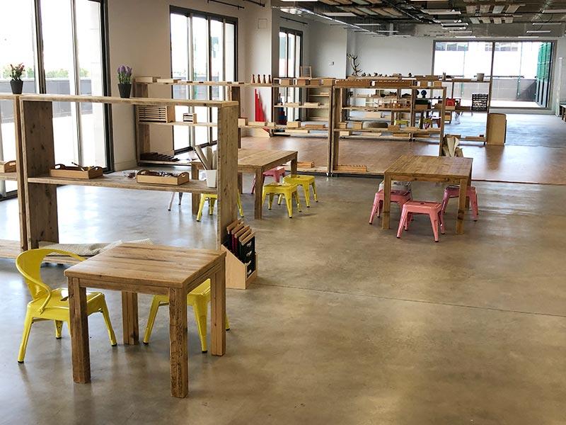 Mesas y estanterías de madera para Montessori
