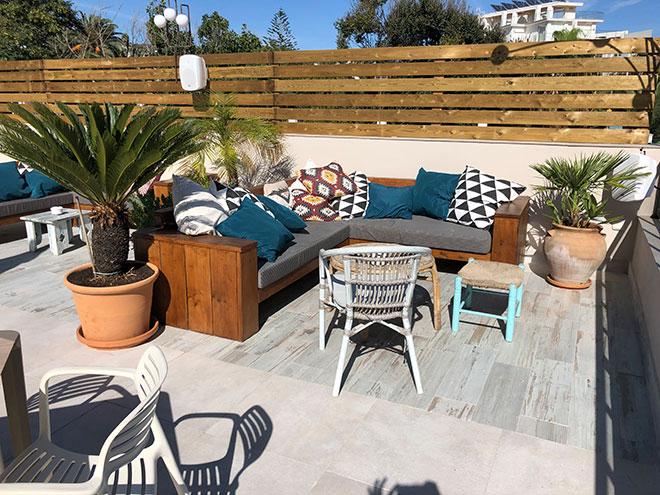 terraza con muebles de madera a medida