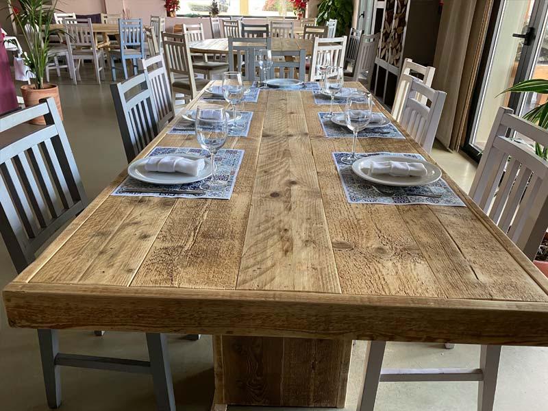 Mesas de madera en Restaurante Iulia.